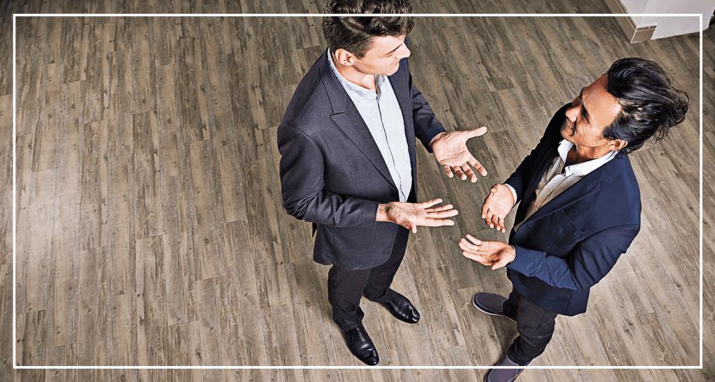 Como o corretor de imóveis deve abordar o cliente presencialmente?