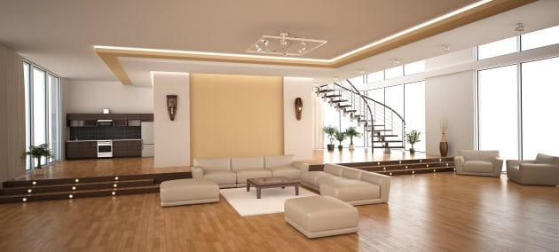 Sala de imóvel extremamente amplo. A direita grandes janelas permitem a entrada de luz iluminando bem o ambiente.