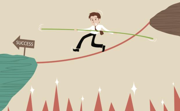 Animação de um homem de terno em uma corda bamba segurando uma vara de equilíbrio. Representante o primeiro título para superar as dificuldades na primeira venda de um imóvel.