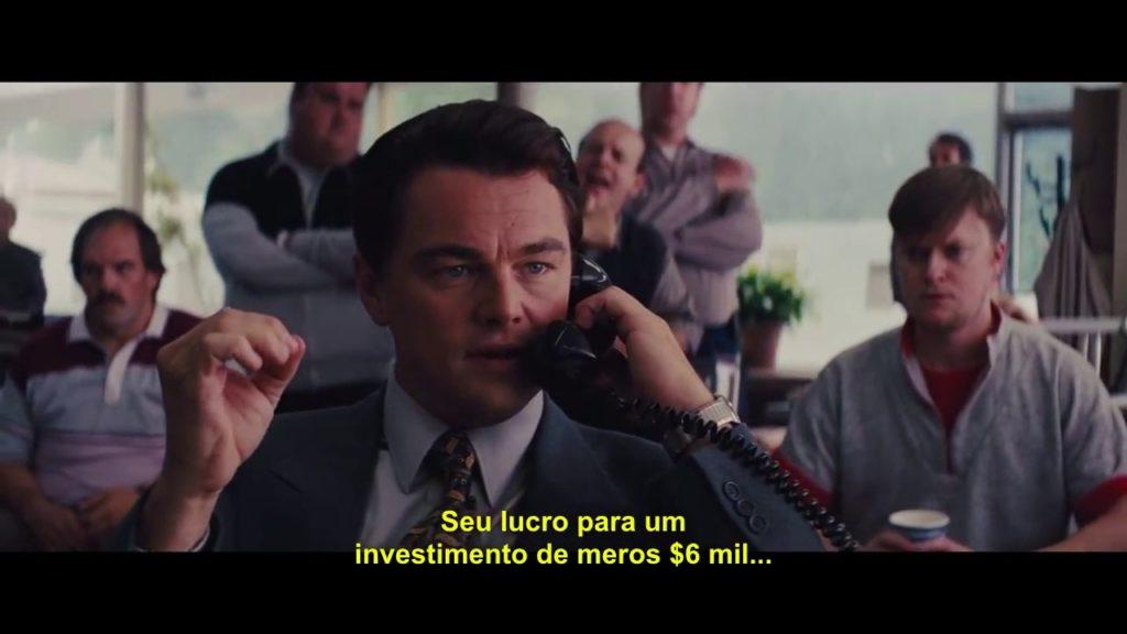 Imagem do filme O lobo de Wall Strett com Leonardo de Caprio fazendo uma ligação e fazendo uma oferta ativa. Adaptado para imóveis