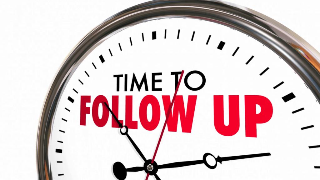 """Relógio escrito """"time to follow up"""" indica que para fazer oferta ativa de imóveis precisa de comprometimento e acompanhamento"""