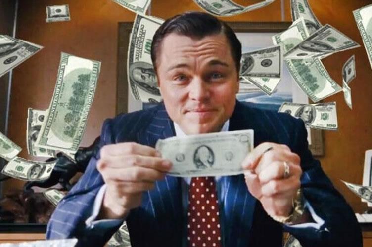 Ator Leonardo Di Caprio segurando uma nota de dólar (do filme o Lobo de Wall Strett). Representando as dicas a seguir de como vender imóveis