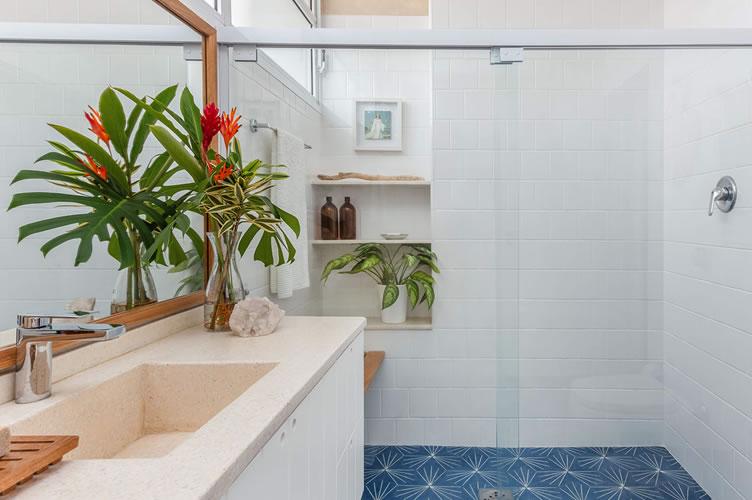 banheiro reformado com pisos novos e azulejos branquinhos.