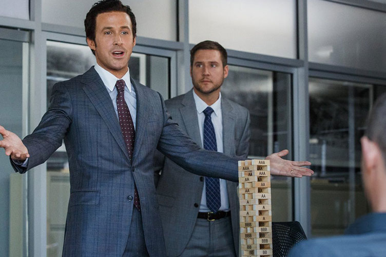 """Cena do filme """"A Grande Aposta"""" com o ator Ryan Gosling. Na cena, o personagem de Ryan, usa uma apurada técnica de fechamento de vendas"""