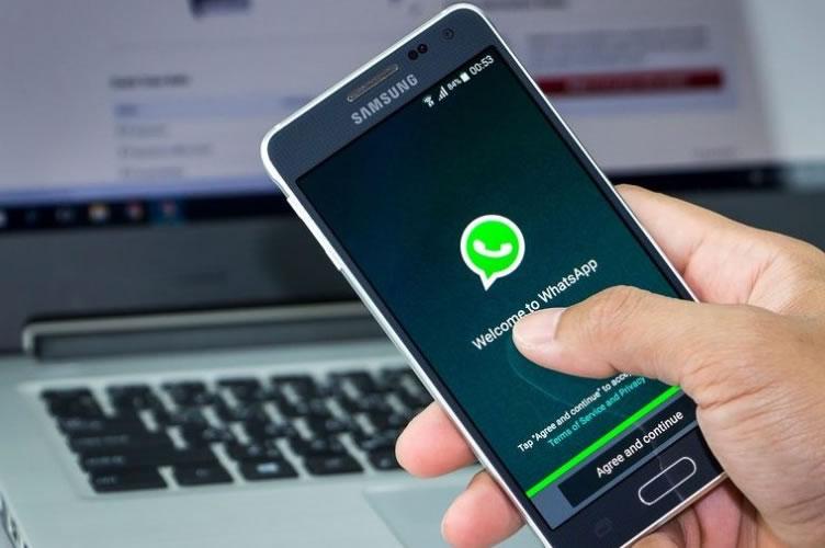 Imagem de um celular da Samsung iniciando o Whatsapp Business para automatizar o marketing imobiliário