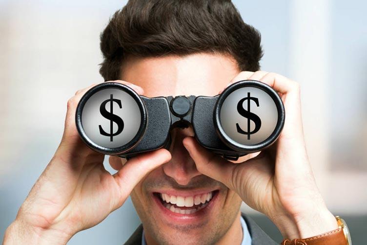 Captador olhando cifra de dinheiro através do binóculo