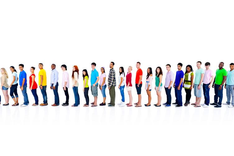 Um fila de diversas pessoas que podem ser clientes da imobiliária.