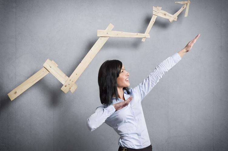 Corretora de imóveis no controle da sua carreira profissional. Com as mãos para cima, igual uma seta, indicando o sucesso.
