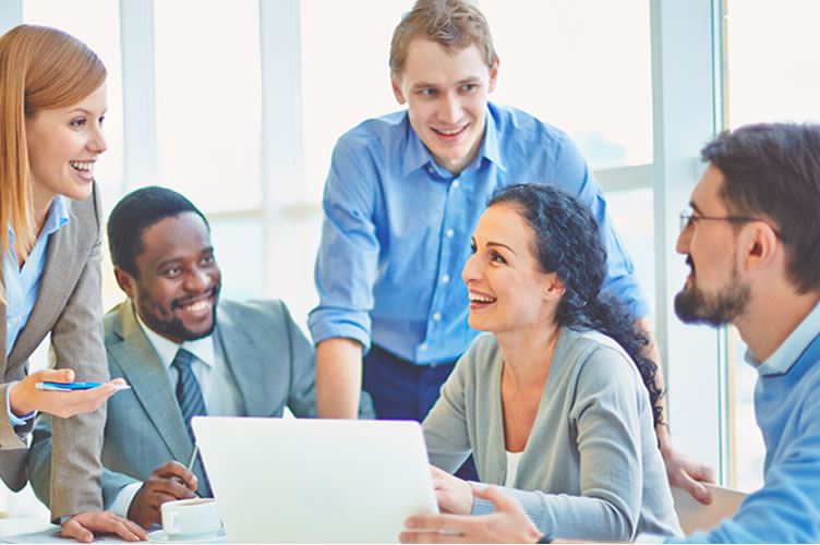 corretores de imóveis compartilhando suas habilidades. Em uma mesa 5 corretores, sorrindo e felizes com sua carreira.