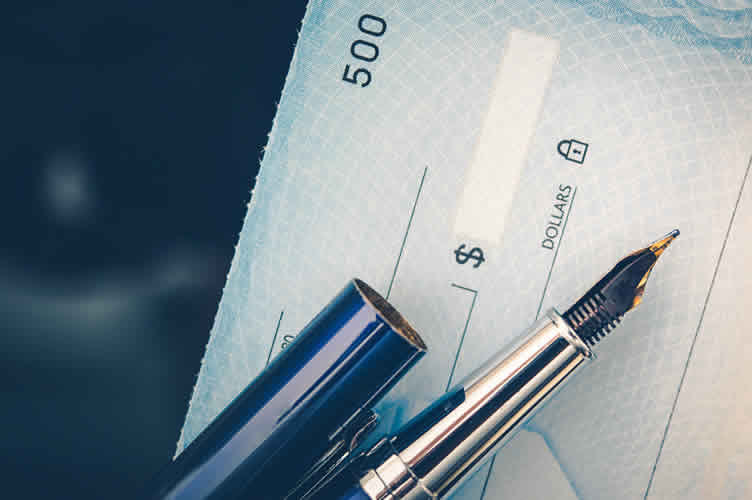 Folhe de cheque caução em branco com uma caneta em cima.