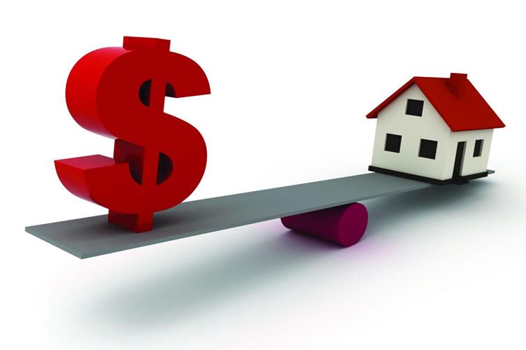 Uma balança com um cifrão de um lado e uma casa do outro. Onde a casa é mais pesada que o cifrão e a balança está caída para esse lado.