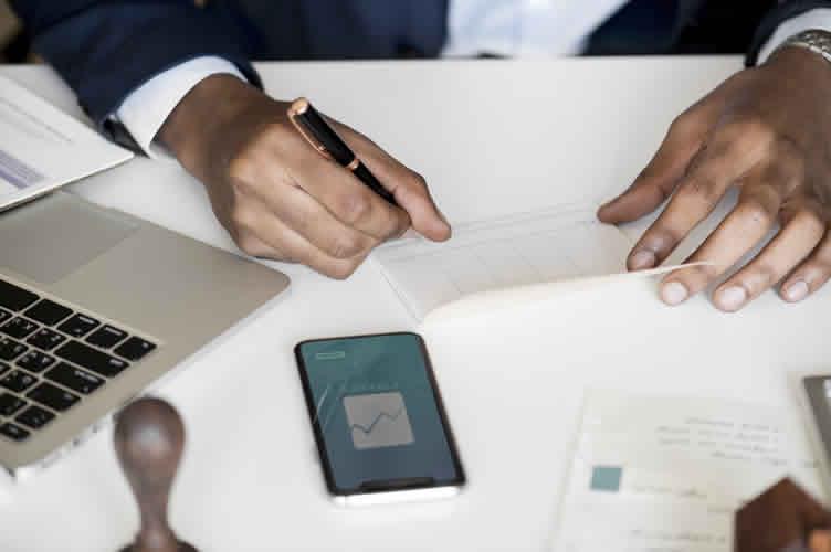 Locador do imóvel emitindo um recibo referente ao recebimento de um cheque caução.