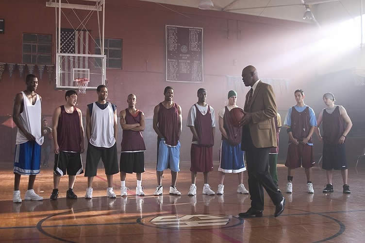 """Imagem com cena do filme """"Coach Carther"""". Onde o técnico interpretado por Samuel L Jackson monta seu time de basquete."""