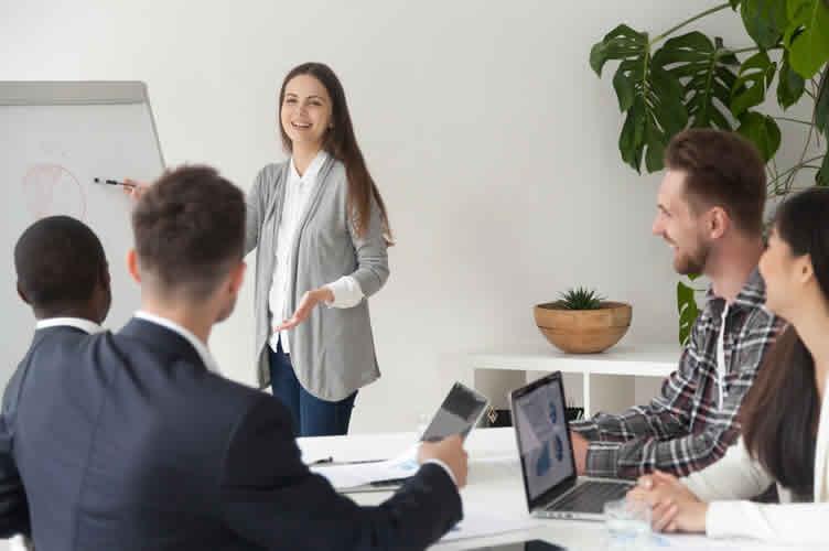Corretora de imóveis se apresentando para seus colegas e investindo no marketing pessoal para se tornar um bom corretor de imóveis