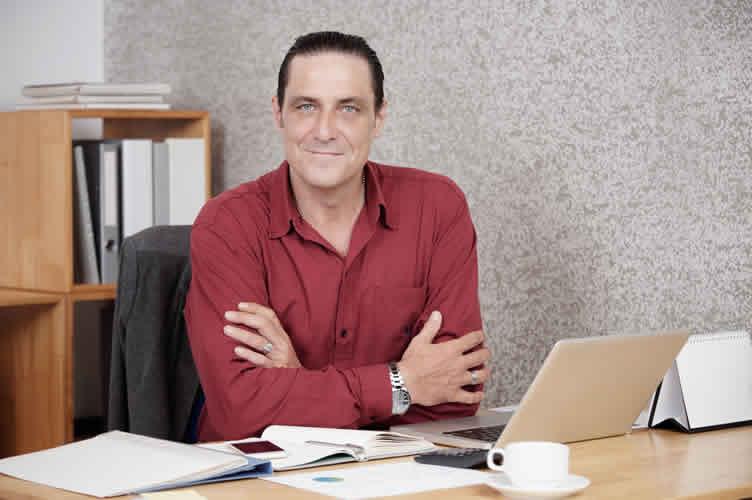 Corretor de imóveis bem sucedido para ajudar iniciantes a vender imóveis no primeiro ano.