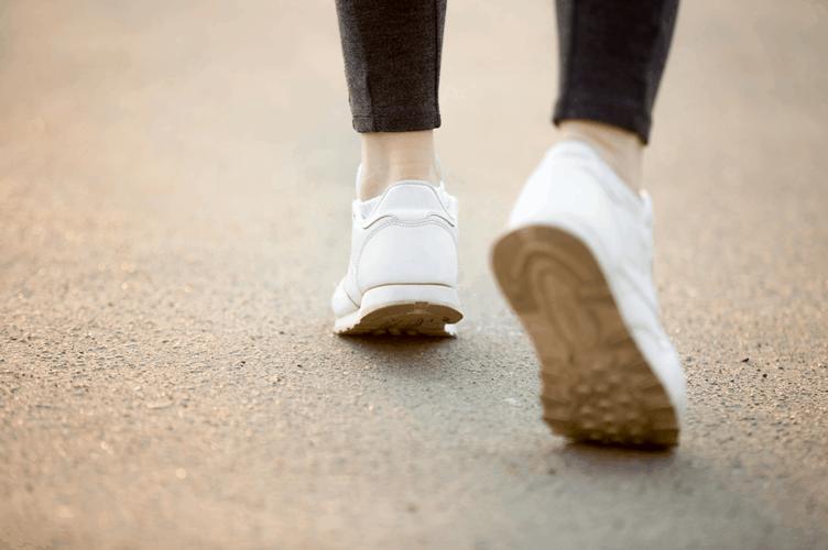 vender um imóvel passo a passo. Dois pés, visto por trás com tênis branco.