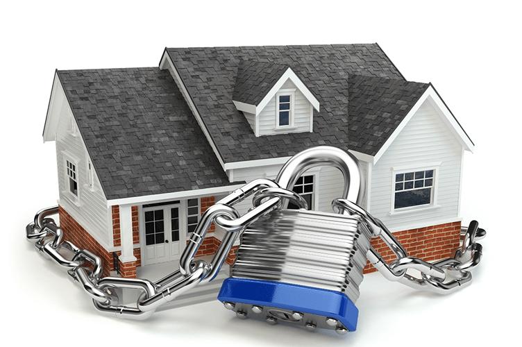 Casa com um cadeado em volta. Para ilustrar que compradores de imóveis visam a segurança.