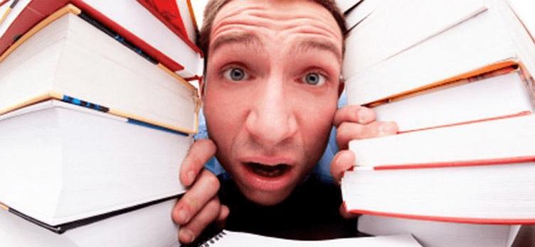 compradores de imóveis atolados de perguntas no meio de livros e livros.