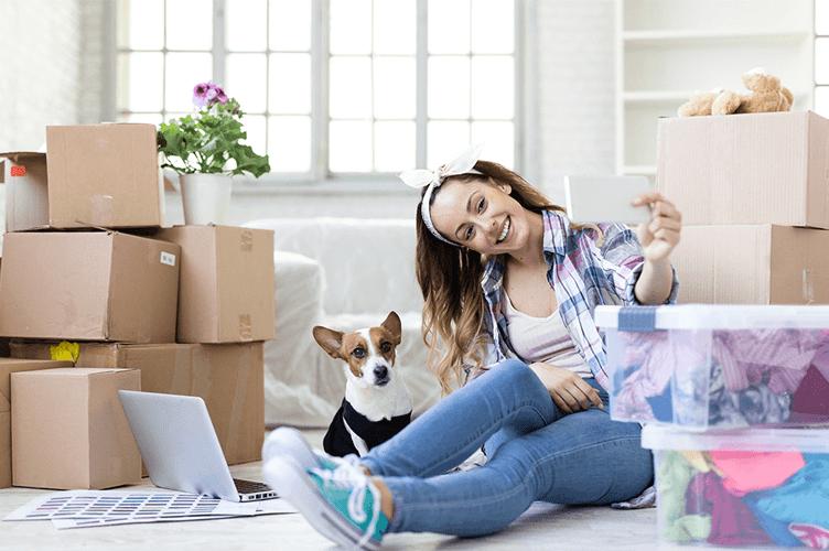 uma mulher que comprou um imovel com um cachorro do lado dela.