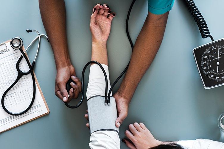 Médico tirando a pressão do paciente.