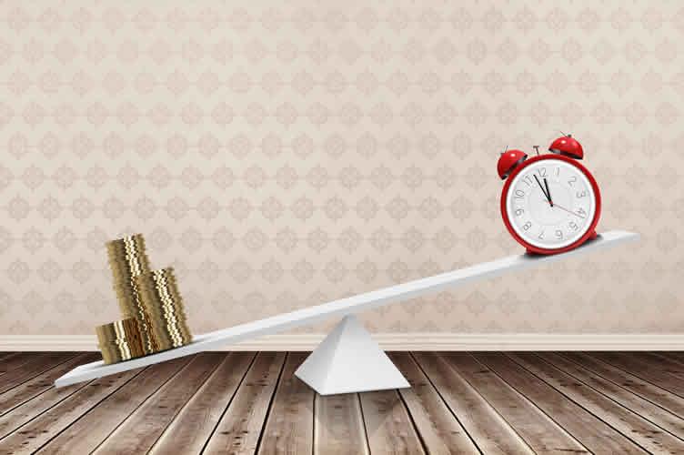 gangorra. De um lado dinheiro e do outro um relógio. Os contratos para vender imóveis vão demorar mais tempo para ser fechados.