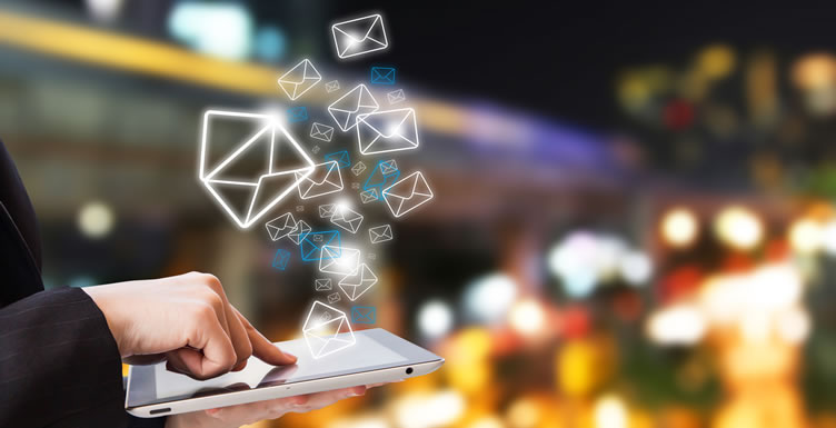 corretor de imóveis utilizando e-mail marketing para ajudar a captar clientes. Imagem com um tablet enviando vários envelopes de e-mail