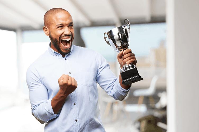 corretor com um troféu na mão. corretores de sucesso não precisam se provar o tempo todo.