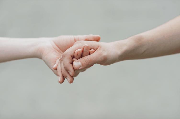 corretores de sucesso mostram empatia a todo momento. Na imagem uma mão segurando a outra.