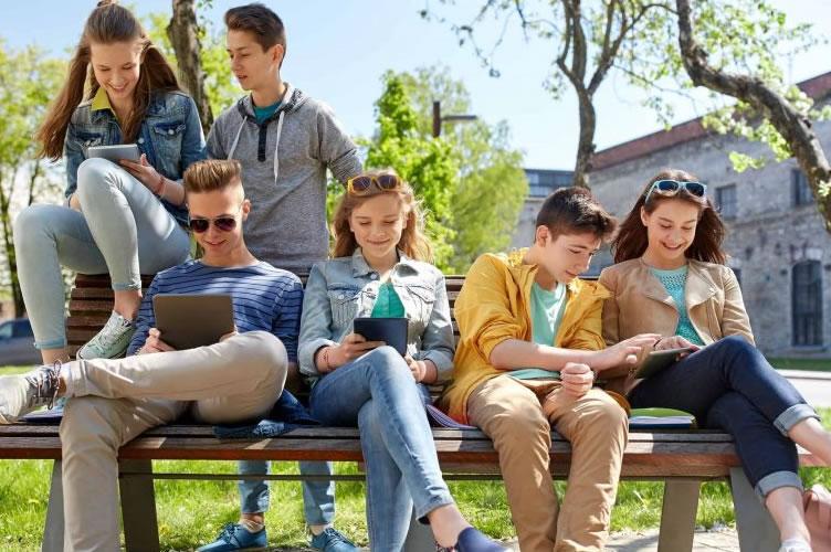 Todos os corretores mais jovens estão sentados em um banco, numa praça. Conversando entre si e com itens tecnológicos a mão. Eles preferem estar engajados em uma causa para o bem do mundo do que se preocupar só com eles.