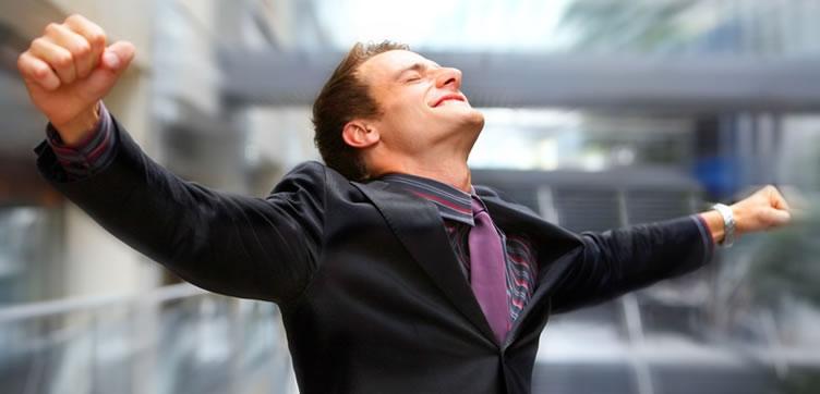 Corretor de imóveis de sucesso de braços abertos e bem feliz.