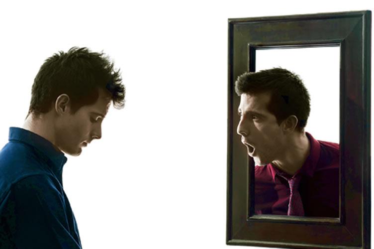 corretores de imóveis de sucesso olham com honestidade para dentro de si. A imagem mostra o espelho falando com a pessoa. Seu verdadeiro EU