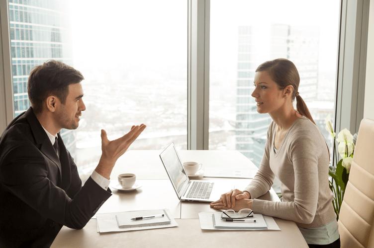 negociação entre corretor de imóveis e cliente com técnica d erapport olho no olho