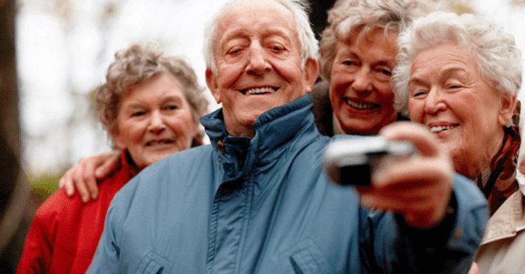 foto de 4 pessoas que fazem parte da geração maduros para o corretor de imóveis aproveitar as dicas para vender imóveis para eles.