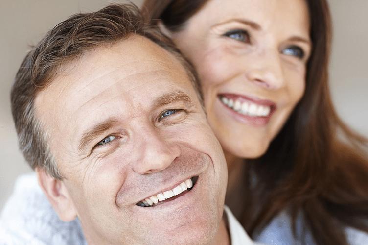 Casal da geração X feliz por ter comprador uma casa com um corretor de imóveis que aproveitou todas as dicas para vender imóveis para eles.