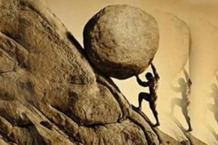 Corretor de imóveis superando as dificuldades no mercado imobiliário e subindo uma ingrime montanha levando uma pedra enorme.