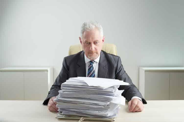 cliente assustado com a quantidade de documentos que são necessários para comprar um imóvel.