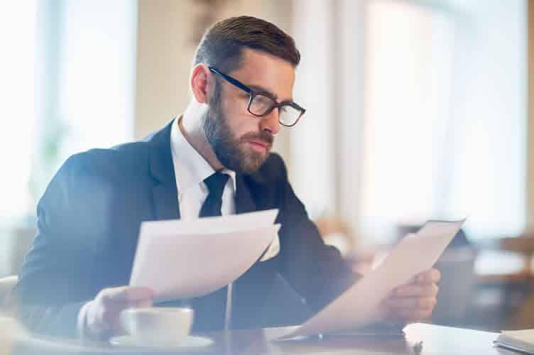 Proprietário do imóvel separando os documentos necessarios para venda de imóvel.