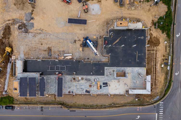 Foto feita com drone do andamento da obra com vista do alto