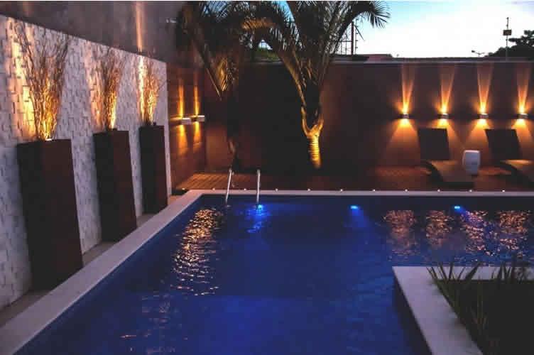 Captação do imóvel com piscina e foto tirada a noite