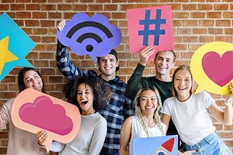 """6 pessoas que representam a geração Z no mercado imobiliário. Com """"placas"""" divertidas remetendo a menções nas redes sociais."""
