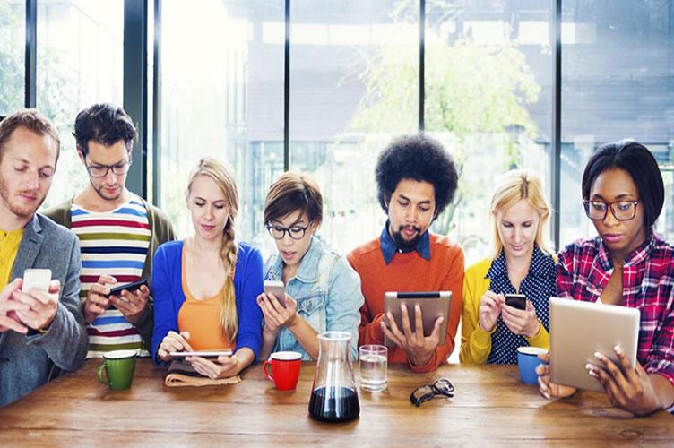 7 pessoas que representam a geração Z no mercado imobiliário procurando imóveis através do celular ou tablet.