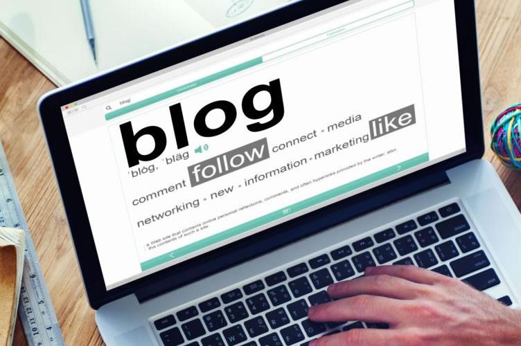 Notebook com a página do Blog aberta. Para gerar mais leads imobiliários.