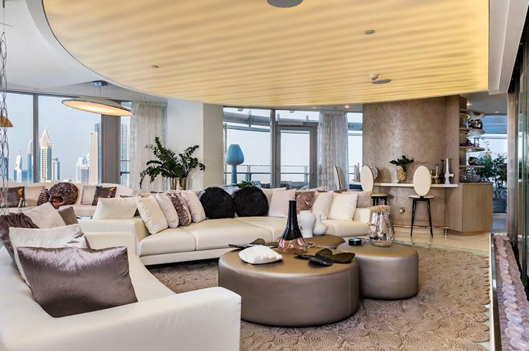 Sala de uma cobertura em Dubai. Para exemplificar o que são imóveis de luxo e o que os compradores esperam deles.