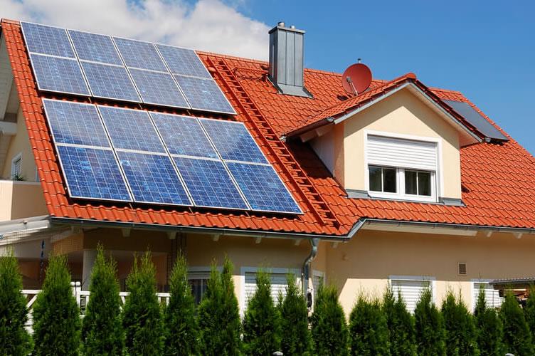 casa ecológica com painel de energia solar.