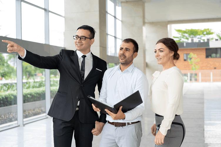 corretor de imóveis vendendo para dois investidores imobiliários