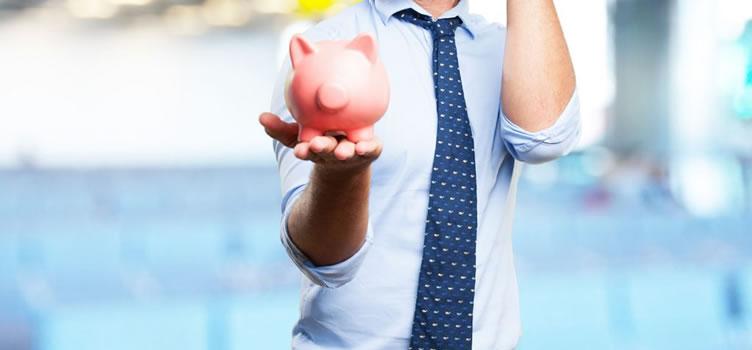 corretor de imóveis sem aparecer o rosto segurando um cofrinho na mão para conseguir capital para montar uma imobiliária.