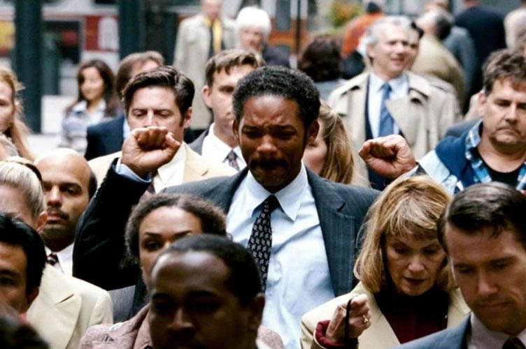 """Cena do filme """"A procura da Felicidade"""" onde o personagem interpretado por Will Smith está no meio de uma multidão comemorando seu sucesso. Cena impactante para aumentar a motivação dos corretores de imóveis"""