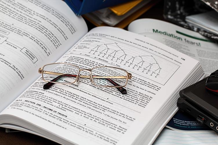Óculos em cima de livro aberto