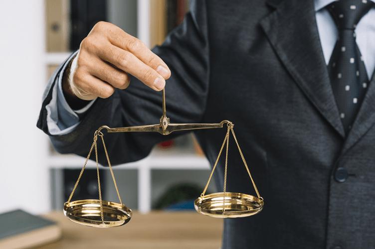 balança para ponderar o que é melhor entre financiamento e consórcio imobiliário