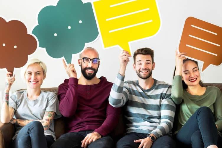 Equipe de corretores de imóveis com balões de conversa sob a cabeça. Enfatiza a boa comunicação que o gerente deve ter com a equipe.